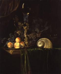 Pronkstilleven met siervaatwerk, nautilusschelp en vruchten op een donker kleed