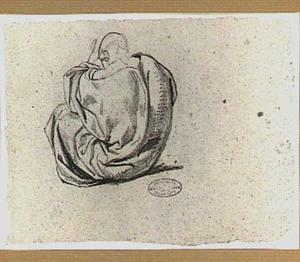 Zittende figuur gehuld in draperie; van achteren gezien