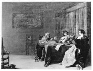 Interieur met een elegant kaartspelend paar en een oude vrouw die een pijp aansteekt