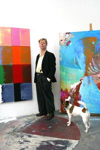 Portret van Rob van Koningsbruggen in zijn atelier
