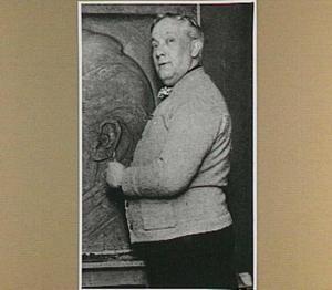 Portret van de beeldhouwer Chris van der Hoef