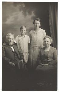 Portret van Carel Wilhelm Wüstenhoff (1855-1930), Maria Clasina Geertruida Moorrees (1864-1943) en twee dochters