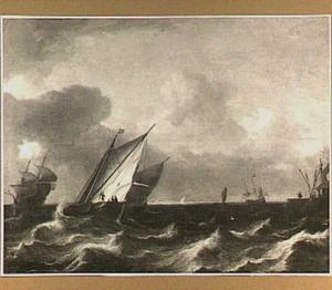 Hollandse schepen in een stevige wind met rechts een havenhoofd