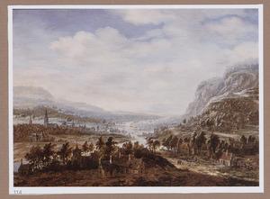 Uitgestrekt berglandschap met een rivier