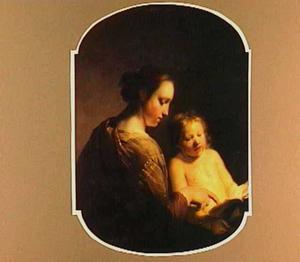 Vrouw die een jongetje leert lezen
