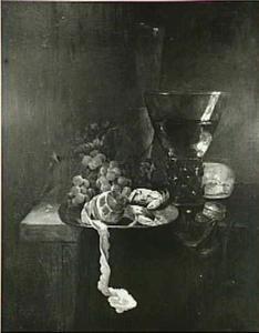 Stilleven met roemer, fluitglas, druiven, krab en geschilde citroen op een tinnen bord