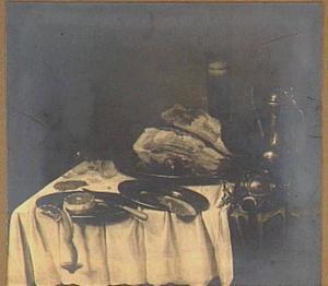 Stilleven met stukken ham op schaal, vaat- en glaswerk op een donker kleed met wit servet