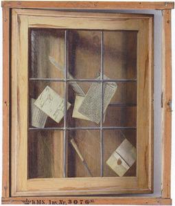 Trompe l'oeil van glas-in-lood venster waaraan brieven en schrijfgerei zijn bevestigd