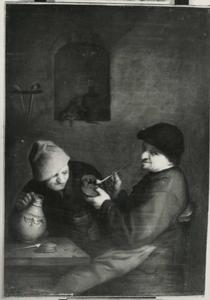 Twee rokende en drinkende mannen