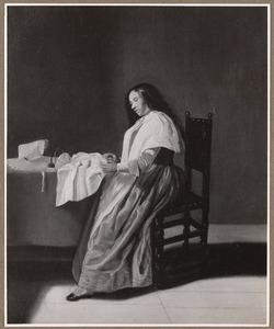 Naaiende jonge vrouw in een interieur