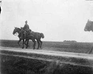 Gezicht op een militair te paard tijdens een militaire manoeuvre