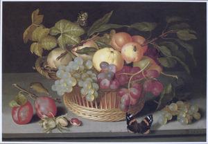 Vruchten in en naast een mand, met een vlinder, op een stenen plint