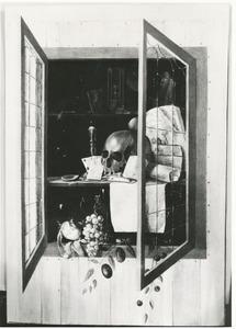 Trompe l'oeil van een muurkast met openstaande deuren: een vanitasstilleven