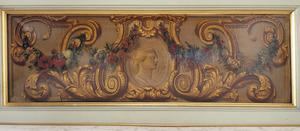 Medaillon met vrouwkop omgeven door ornamenten en een bloemenslinger