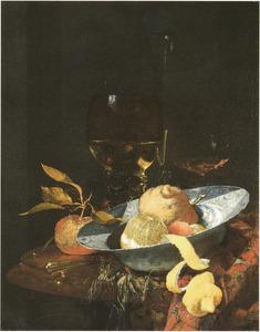 Stilleven met porseleinen kom met vruchten en glaswerk op een rond marmeren tafel