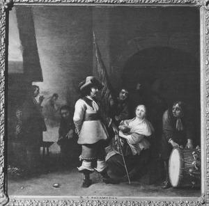 Interieur van een wachtlokaal met soldaten, een officier en een jonge vrouw