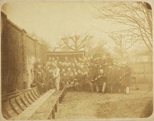 Vele kunstenaars, lid van Pulchri Studio poserend op de Kegelbaan te Den Haag ter gelegenheid van Andreas Schelfhouts tachtigste verjaardag op 16 februari 1867