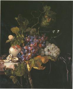 Vruchtenstilleven met een muis, een slak en een wijnglas op een marmeren tafel met een zwart kleed