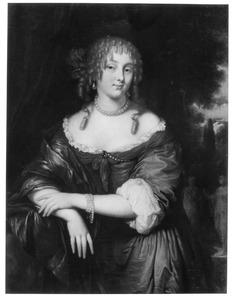Portret van een jonge vrouw met pijpekrullen