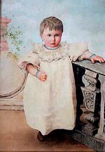 Kindje met witte jurk bij een balustrade