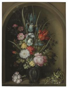 Bloemen in een glazen vaas, met een tuinanjer en een hagedis, in een nis