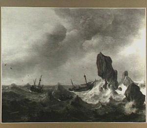 Schepen in onrustig water voor een rotsachtige kust