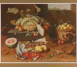 Vruchtenstilleven met aap en hond, in de voorgrond een gebroken kom met aardbeien