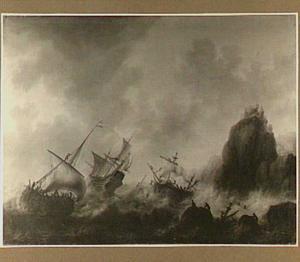 Schipbreuk voor een rotsachtige kust, in de voorgrond twee biddende mannen