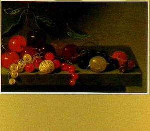 Kersen, aardbeien en diverse soorten bessen op een stenen tafel
