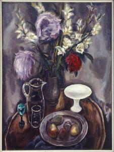 Stilleven met chrysanten en gladiolen in vaas, waterkan, wit schaaltje en fruitschaal