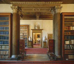 Doorkijk in de bibliotheek van het Trippenhuis vanuit het oorspronkelijke linker huis