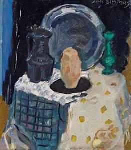 Stilleven met bord, tinnen kan, vaas en stenen kruik op tafel