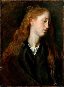 Studiekop van een jonge vrouw met lang, loshangend haar