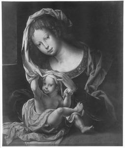Maria met kind. Het kind speelt met de sluier
