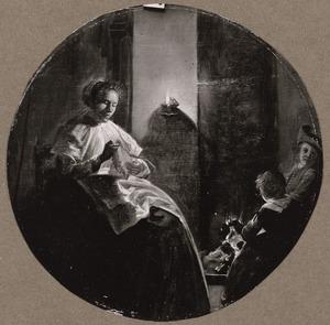 Naaiende vrouw met twee kinderen bij het vuur