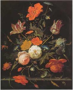 Bloemen in een glazen vaas op een richel voor een nis