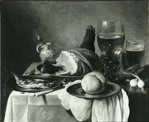 Stilleven met ham, bokking, wijn en bier op wit tafelkleed