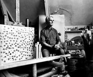 Portret van Edgar Fernhout in zijn atelier