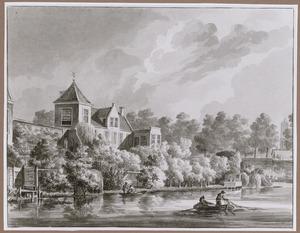 Gezicht over de Stadsbuitengracht te Utrecht op het Begijnebolwerk met rechts de stadsmuur met waltoren De Leeuw en in de achtergrond de Domtoren