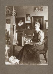 Atelier van Ans van den Berg (1873-1942) met Ans van den Berg