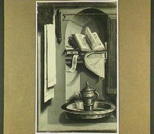 Stilleven met boeken, een waterkan en een schaal in een nis (op de voorzijde: Maria met kind)