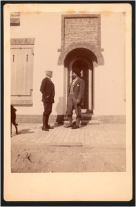Jan Toorop met Storm (van 's-Gravensande?) en een hond voor zijn huis in Katwijk, september 1900