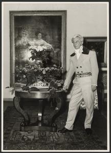 Willem Sandberg in historisch kostuum bij de inrichting van een tentoonstelling in Museum Fodor