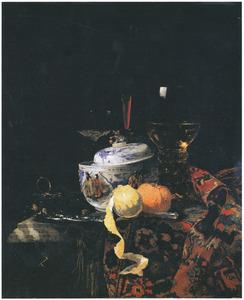 Stilleven met porseleinen dekselkom, glaswerk en vruchten