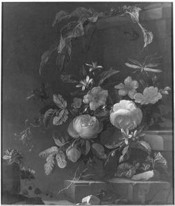 Bloemen en vetplanten op bouwfragmenten