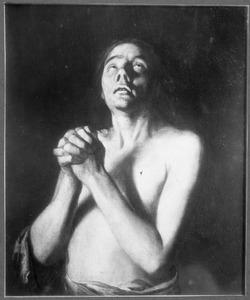 Jonge man met gevouwen handen