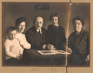 De beeldhouwer Pieter Biesiot 'en famille' aan een tafel