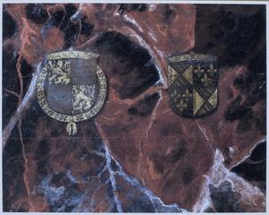 Een rode marmerimitatie met de wapens van Hendrik III van Nassau en Mencia de Mendoza (op de voorzijde: Christus in de Hof van Olijven)