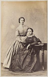 Portret van twee vrouwen uit familie De Kempenaer