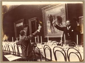 Geo Poggenbeek (rechts) en Gerard Muller toastend aan een gedekte tafel in Arti, ter gelegenheid van Jozef Israels zeventigste verjaardag, 1894